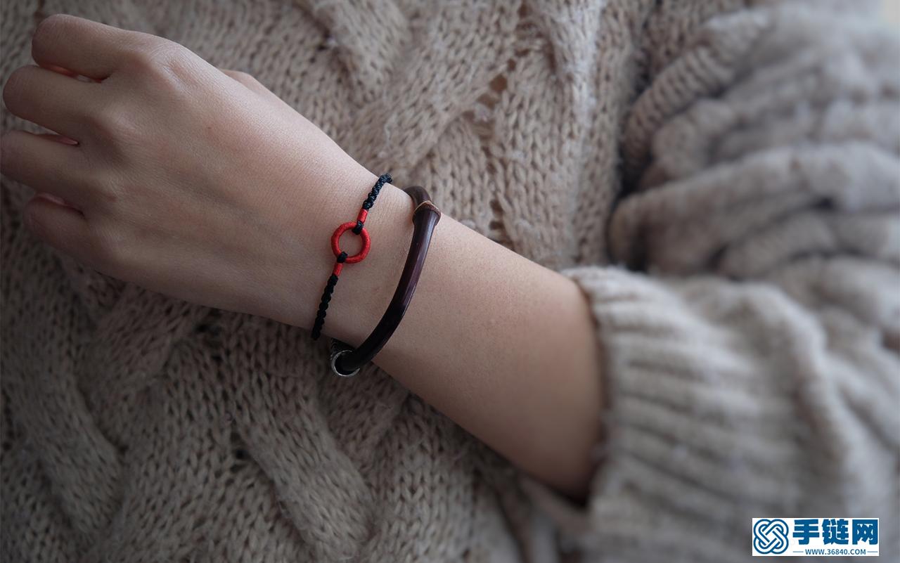 [编绳]圆满结简约手绳 这是一款很适合做情侣款的手绳 红黑经典搭配 常用的四股辫编法,线圈的制作以及短绕线和蛇结的打法!